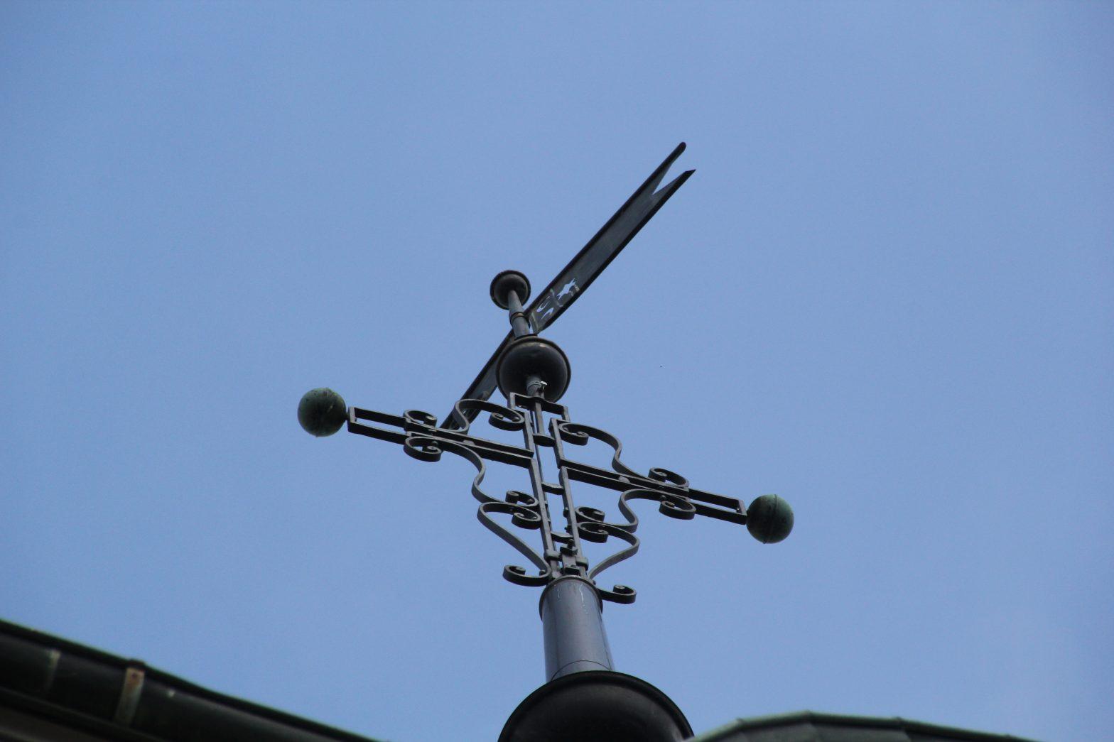 Das Kreuz auf dem Krichturm in Wahlen. In diesem Kirchturm soll eine Mobilfunkantenne gebaut werden.